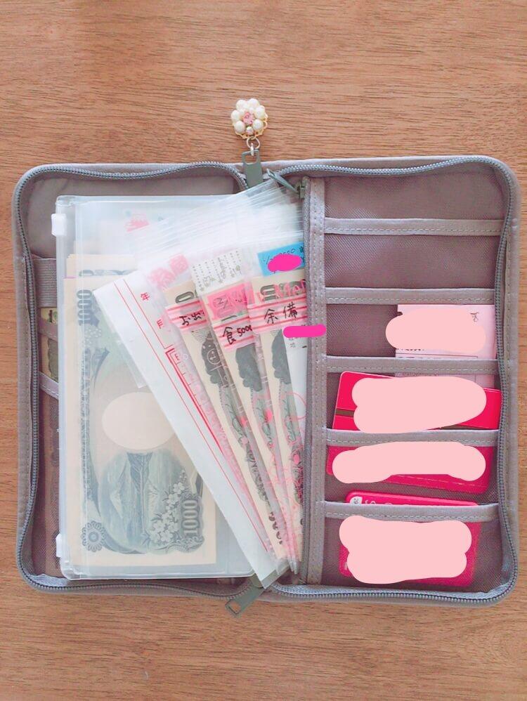 この、カードポケットの裏?に大きなポケットがあり(ファスナー付きポケットも1つあります)、